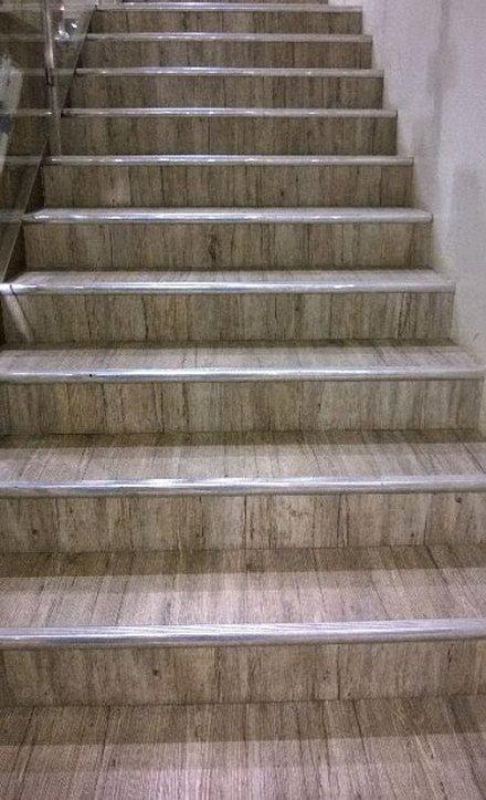 покрытие линолеумом лестницы фото парень